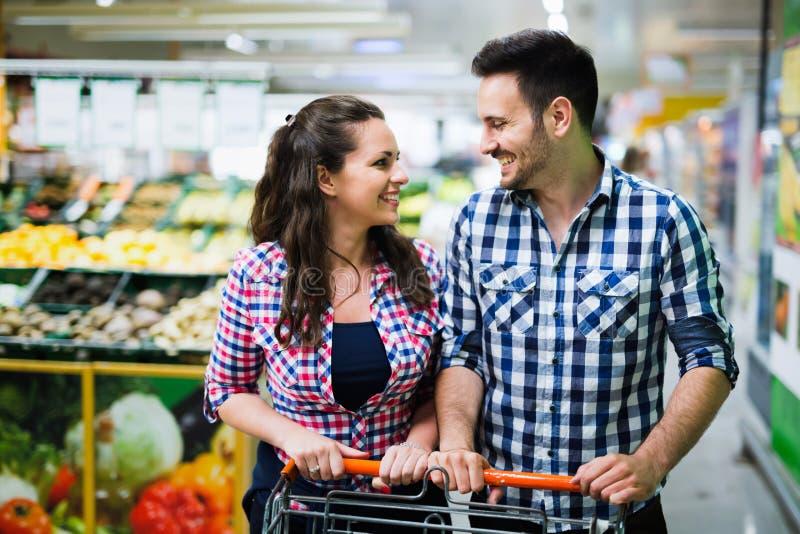 在超级市场结合购物,当运载手推车时 库存照片