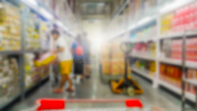 在超级市场走道的手推车视图有产品架子摘要的弄脏了 免版税库存照片