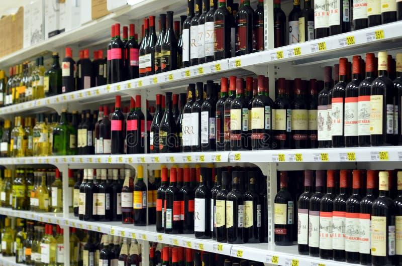 在超级市场`欧尚`的酒部门 免版税库存照片