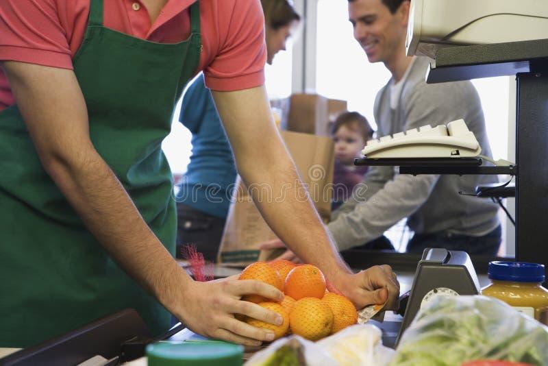 Download 在超级市场结算离开的家庭 库存照片. 图片 包括有 女性, 系列, 现有量, 出纳员, bothy, 果子 - 62534500