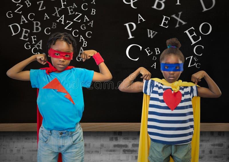 在超级英雄的孩子在背景中打扮屈曲他们的胳膊反对黑板 向量例证