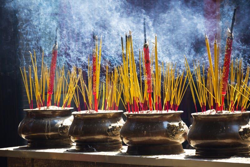 在越南激怒传统精神佛教燃烧的棍子 免版税库存图片