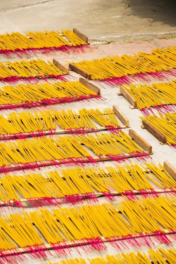 在越南激怒传统精神佛教燃烧的棍子 免版税库存照片