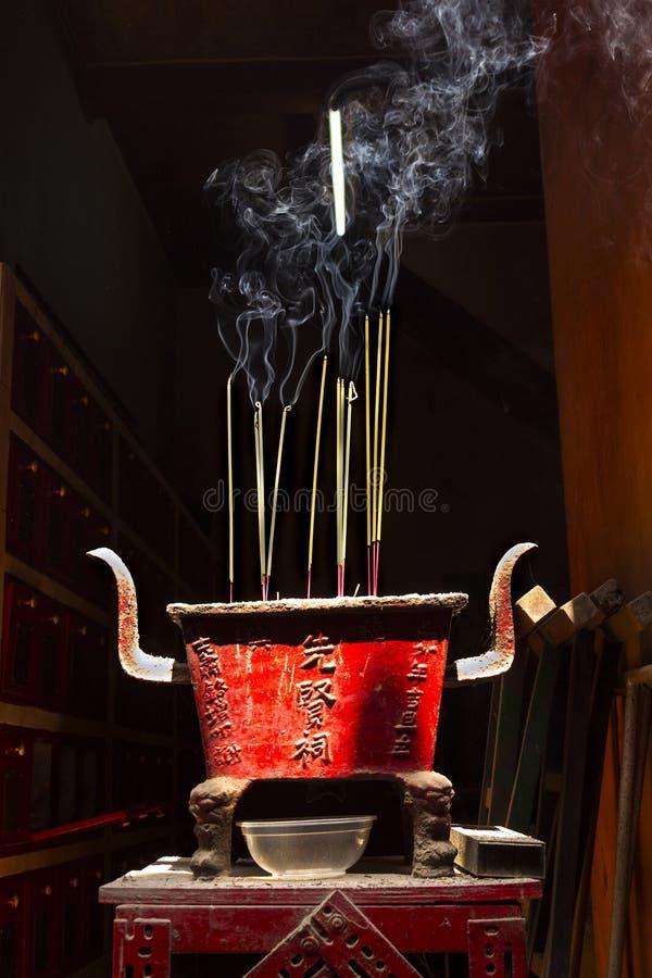 在越南激怒传统精神佛教燃烧的棍子 免版税图库摄影