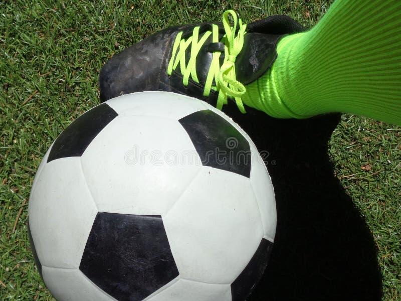 在足球旁边的欧洲橄榄球足球运动员` s 免版税库存照片