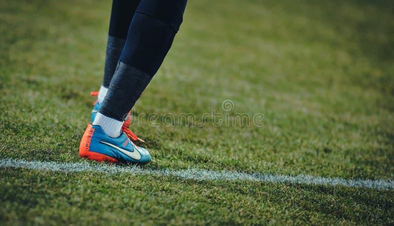 在足球赛期间,未知的足球运动员细节执行 库存照片
