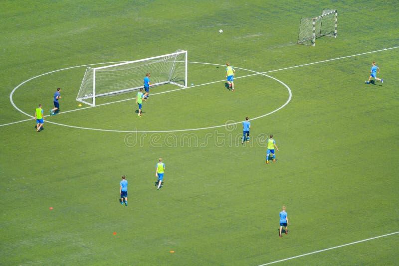 在足球选手训练的顶视图 免版税库存照片