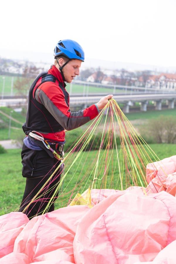 在跃迁以后登陆的滑翔伞和培养跳伞 免版税库存照片