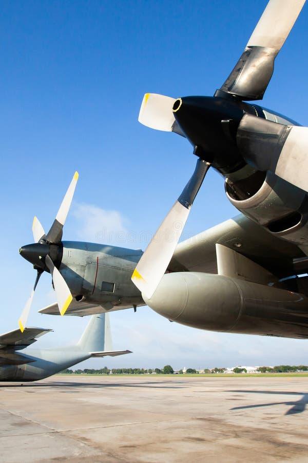 在跑道的军用运输飞机在一个机场在亚洲,主要用于运输队伍和战争供应 免版税库存图片