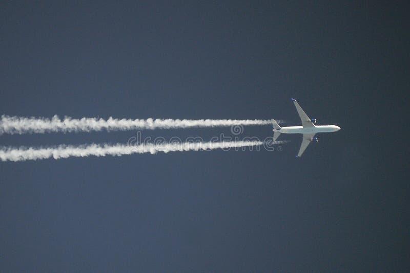 在跑道的喷气式客机准备好登陆 库存图片