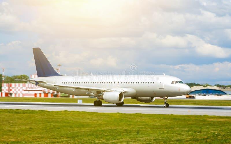 在跑道的大银色喷气式客机飞机在机场每晴天 图库摄影