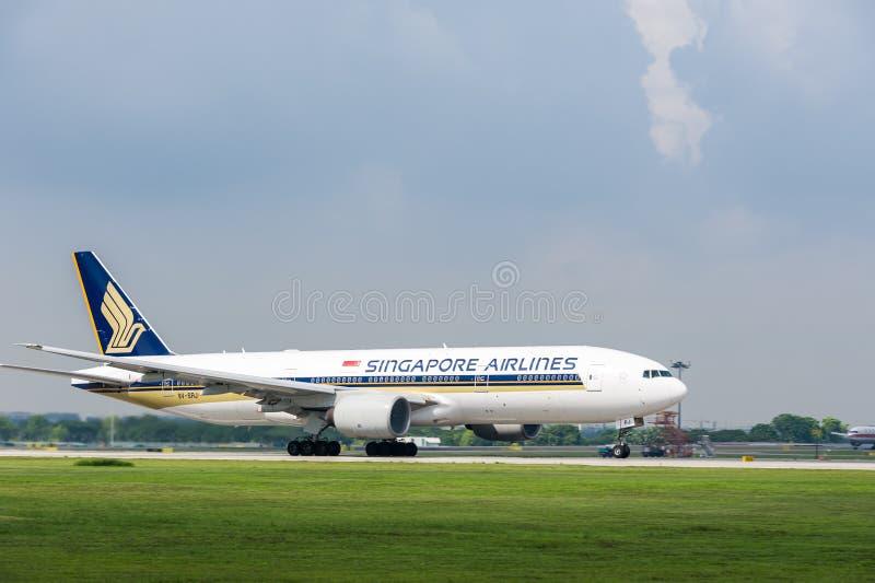 在跑道的新航飞机 免版税图库摄影