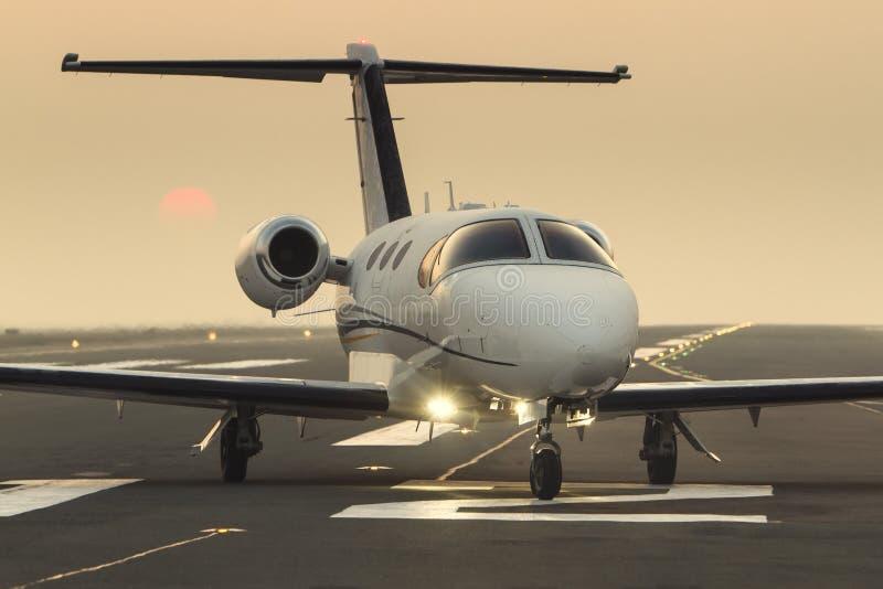 在跑道的私人企业喷气机 免版税库存图片