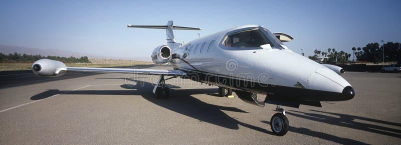 在跑道的私人飞机 图库摄影