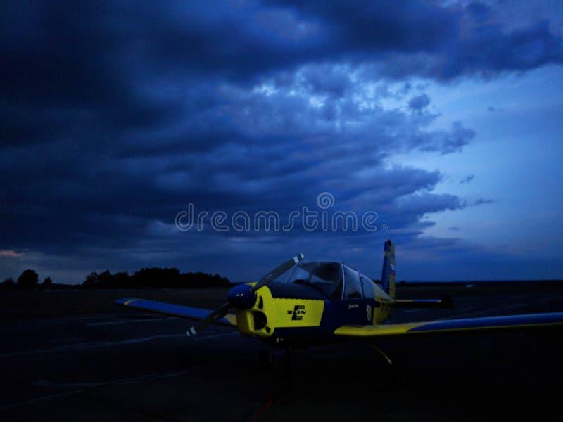 在跑道的飞机逗留,在附近的,当风暴来 免版税库存照片
