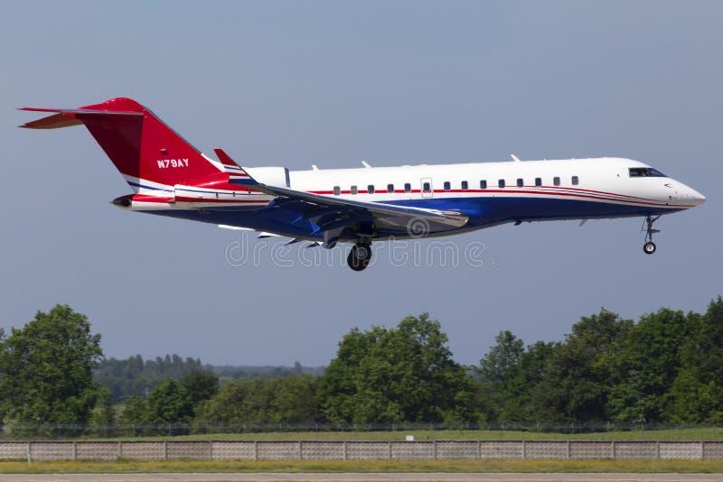 在跑道的N79AY投炸弹者BD-700-1A10全球性明确企业喷气机着陆 免版税图库摄影