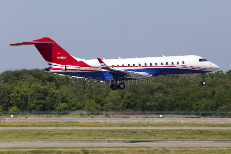 在跑道的N79AY投炸弹者BD-700-1A10全球性明确企业喷气机着陆 库存图片