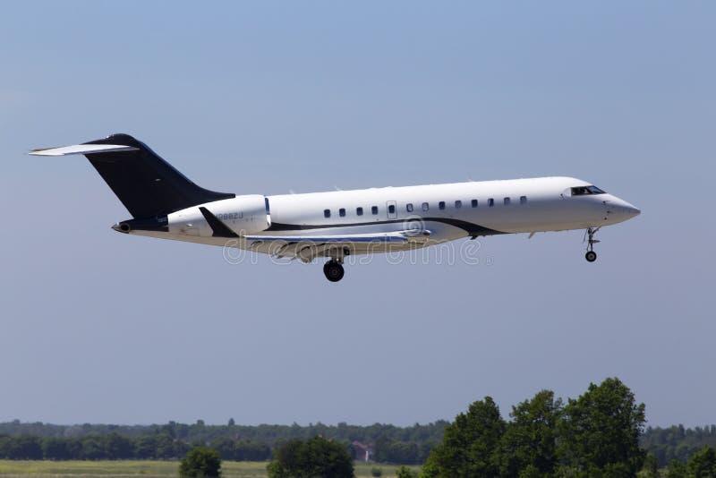 在跑道的N288ZJ Zetta喷气机投炸弹者BD-700-1A10全球性明确企业喷气机着陆 免版税库存照片