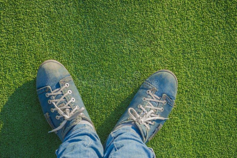 在跑鞋的脚。 图库摄影
