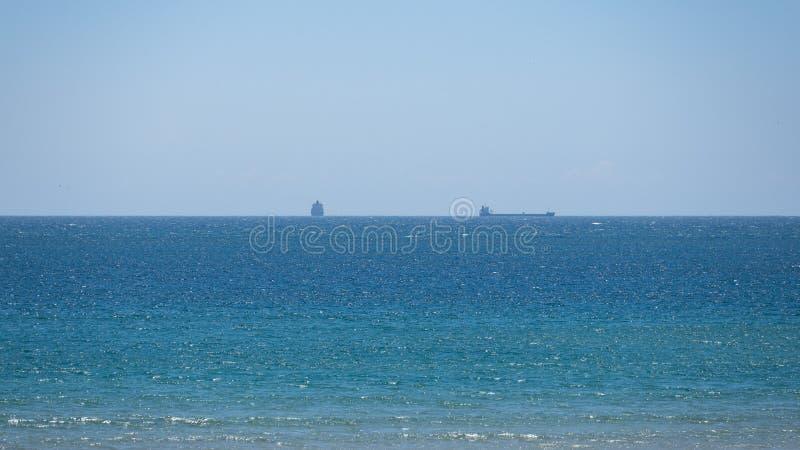 在距离的两艘船在天际 大西洋 图库摄影
