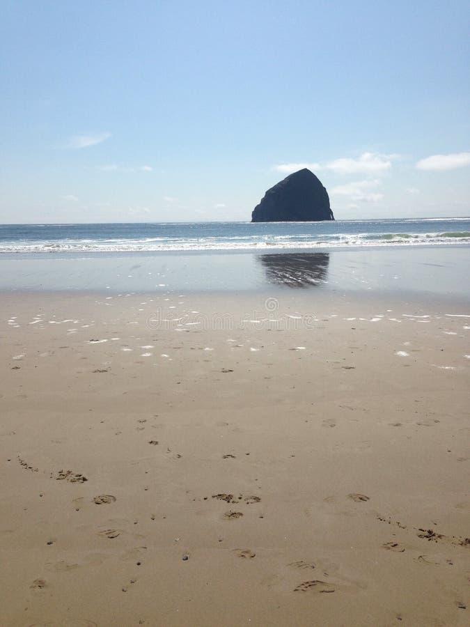 在距离的岩石 免版税图库摄影
