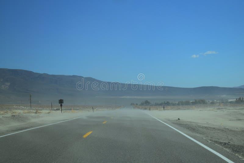 在路上在狂放的西部沙漠 免版税图库摄影