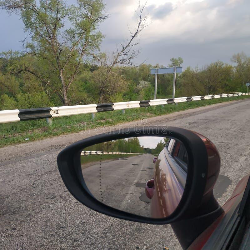 在路上 在司机的边的后视镜 免版税库存图片