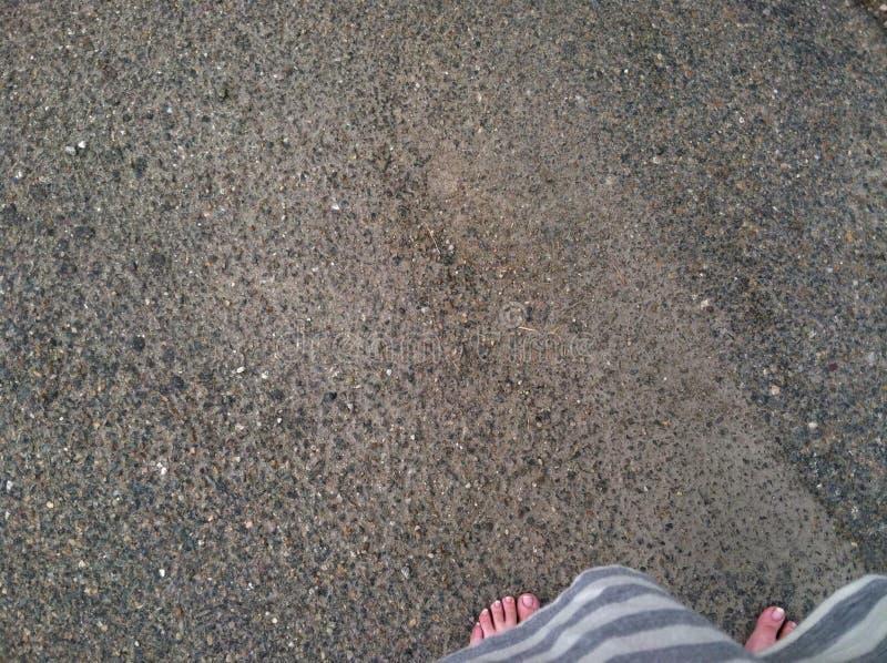 在路下的步行 图库摄影