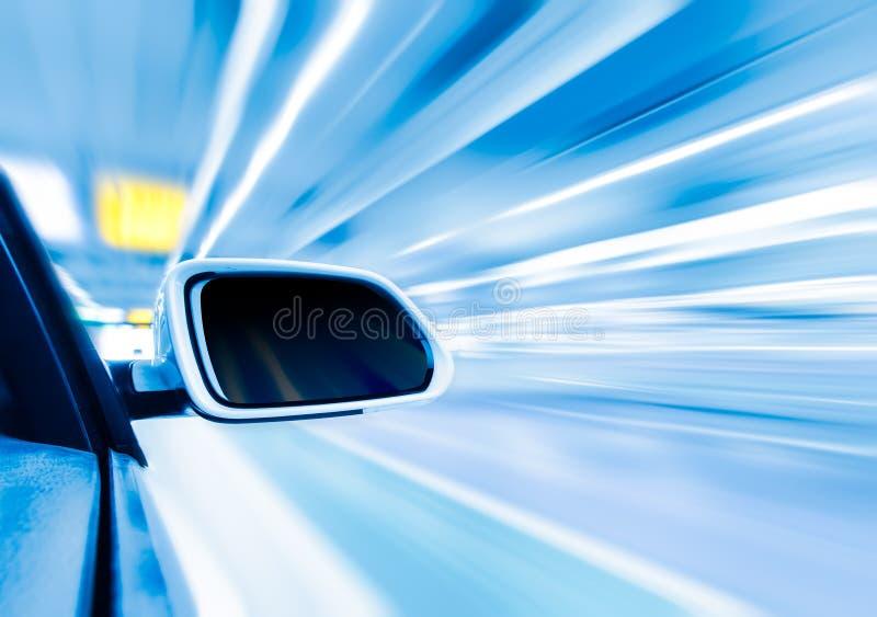在路丝毫行动迷离背景的汽车 库存图片