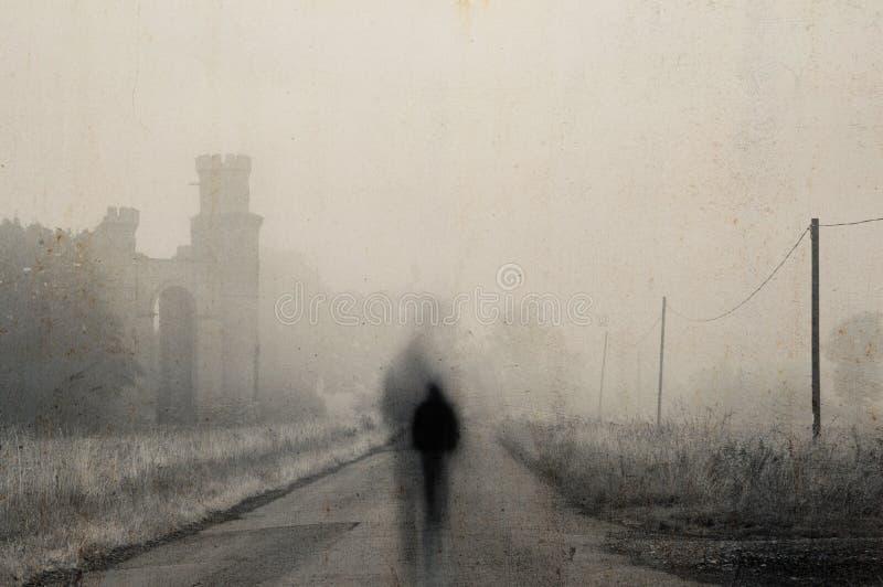 在路中间的一个鬼的被弄脏的图身分在一个令人毛骨悚然的有薄雾的早晨 在一个被破坏的大厦旁边 以黑暗,moo 免版税库存照片