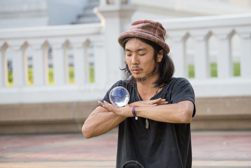 在路人前面的街道执行者玩杂耍的玻璃碗街道Khao圣路的在曼谷 免版税图库摄影