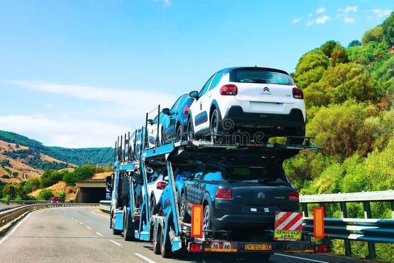 在路努奥罗撒丁岛的汽车运输者 库存照片