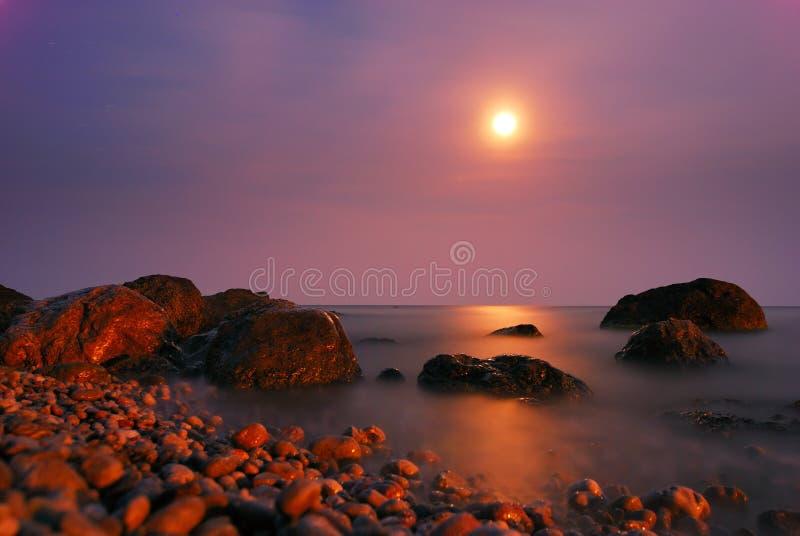 在路径的月亮晚上晃动海运 库存图片