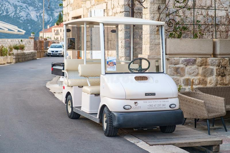 在路旁停放的小白色电车 免版税图库摄影