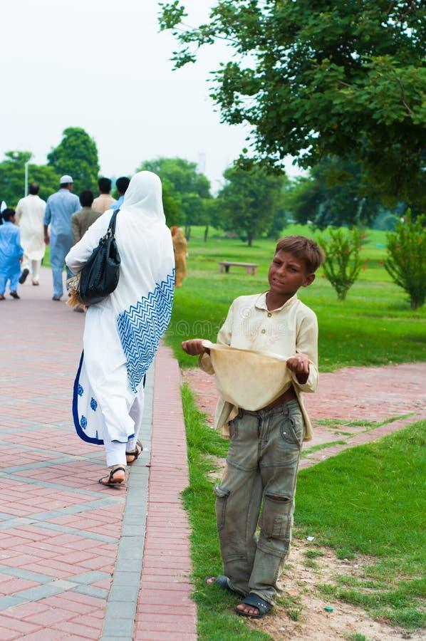 在路旁的儿童begger在拉合尔,巴基斯坦 免版税库存图片