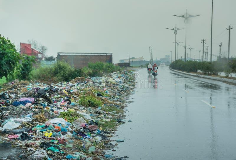 在路旁的垃圾在发展中国家在一下雨天 库存图片
