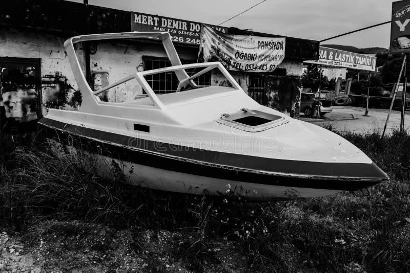 在路旁的老小船 免版税库存照片