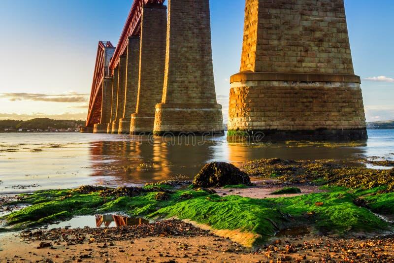 在路桥梁的河和日落 免版税库存图片