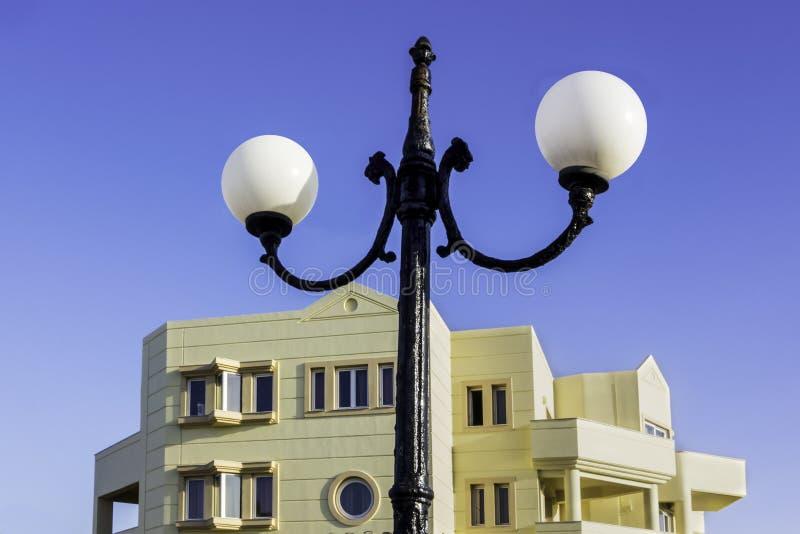 在路灯柱的白色圆的街灯 免版税库存照片