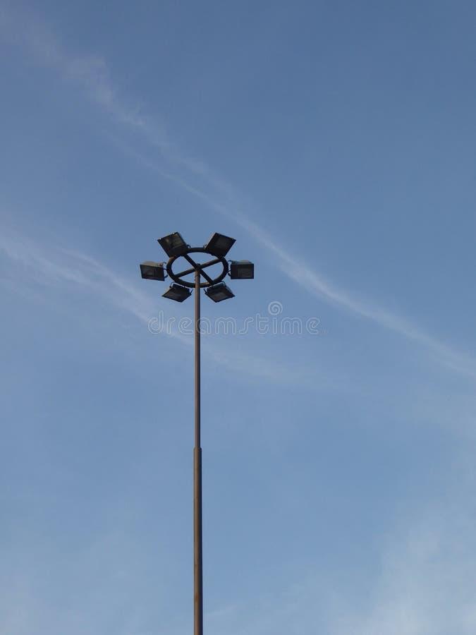 在路灯柱的街灯反对天空 免版税库存照片