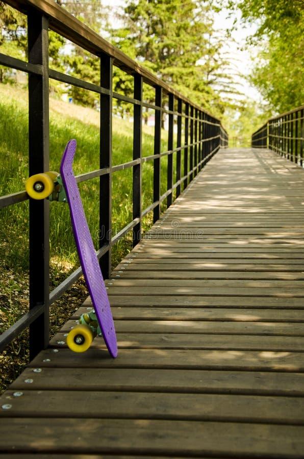 在路的一个滑板 免版税图库摄影