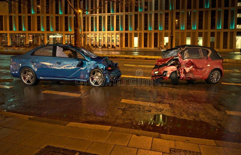 在路的两车祸在夜间的城市地点 免版税库存图片