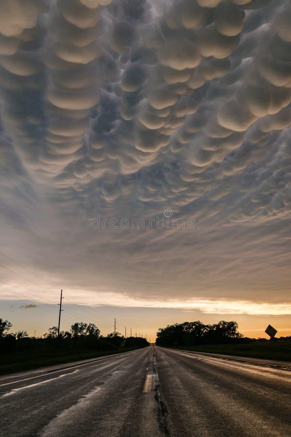在路的令人惊讶的mammatus云彩在严重雷暴的后面在内布拉斯加的 库存照片