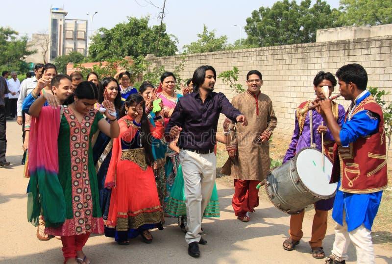 在路的印度婚礼舞蹈在印度 免版税库存照片