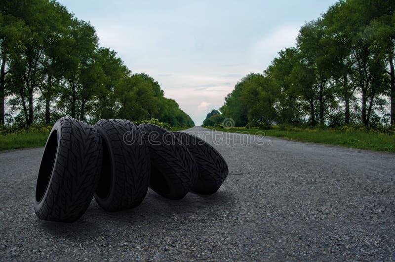 在路的四个轮胎 免版税库存图片