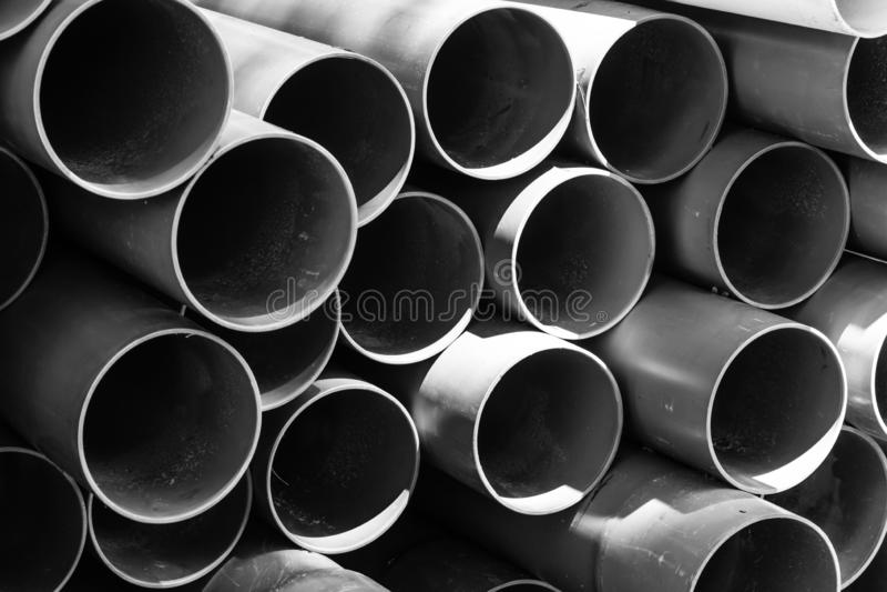 在路的塑料管子堆 库存照片