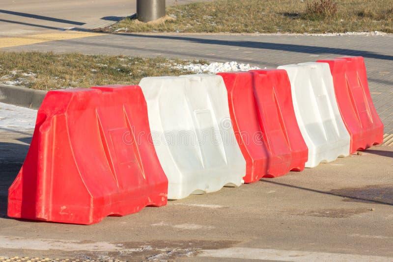 在路的塑料红白的障碍,与制约的交通安全 在路的识别清楚设计 库存照片
