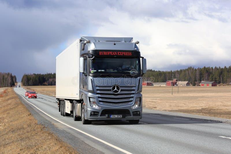 在路的奔驰车Actros半明确运输 免版税图库摄影