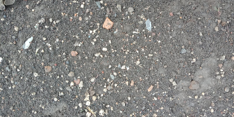 在路的小白色石头构造了背景自然背景墙纸, 免版税库存照片