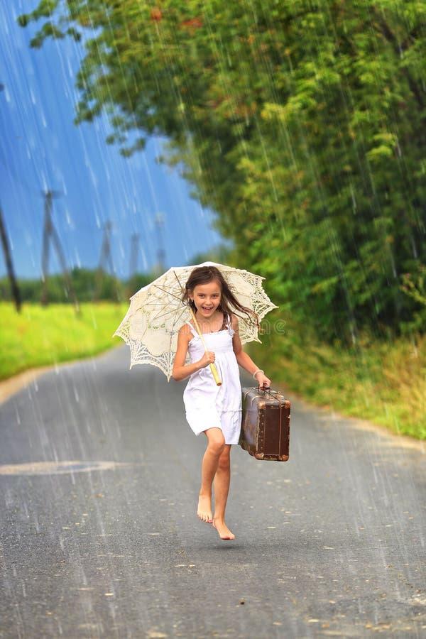 在路的快乐的女孩舞蹈 免版税库存图片